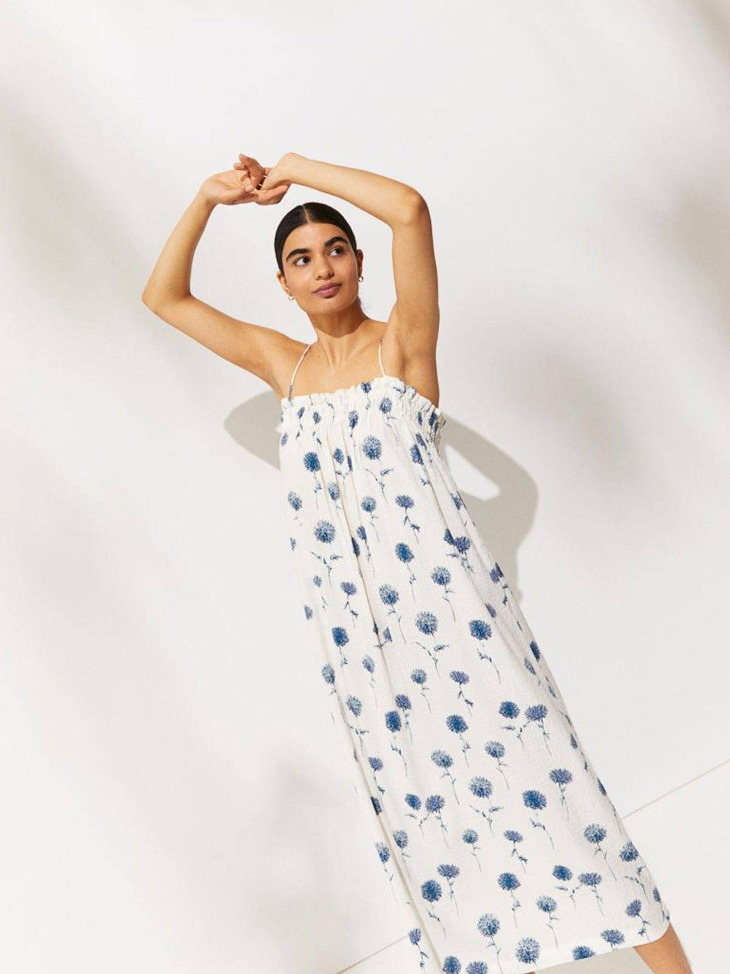 Aprovecha el verano con este vestido de HyM, midi y fresquito. (Cortesía)