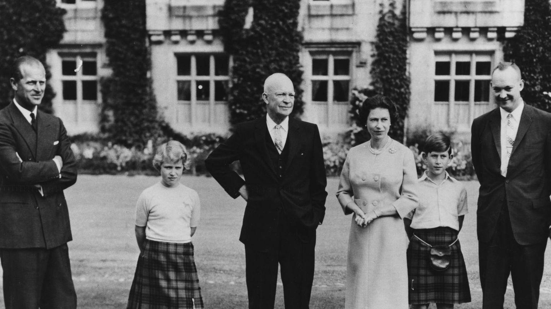 El presidente Eisenhower, con la reina Isabel, el duque de Edimburgo, la princesa Ana y el príncipe Carlos en Balmoral en 1959. (Getty)