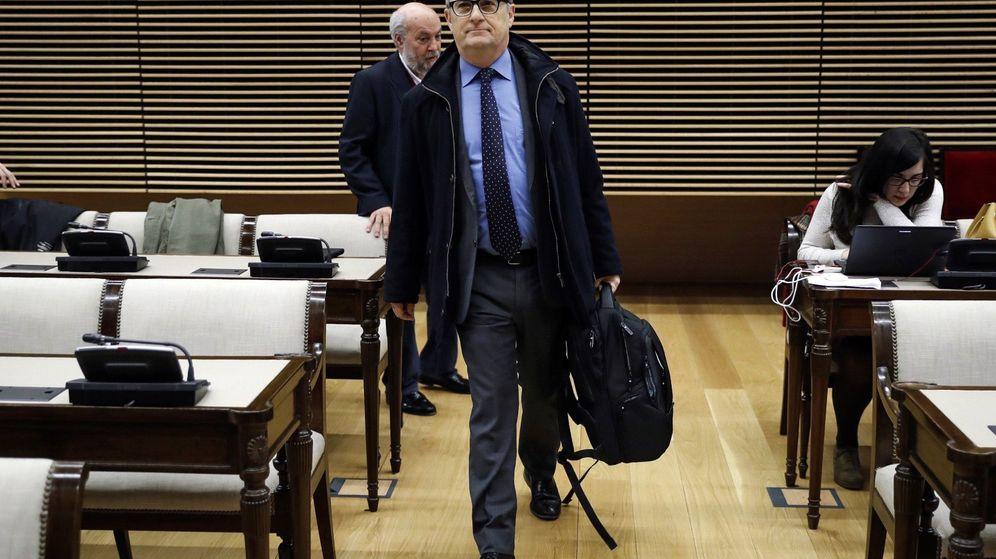 Foto: El ex subgobernador del Banco de España Fernando Restoy, a su llegada a la comparecencia en el Congreso. (EFE)