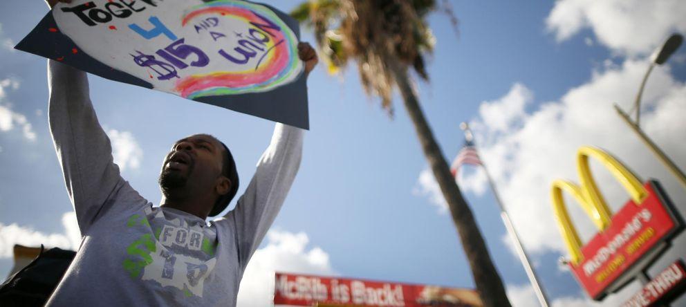 Foto: Joe Ben Johnson protesta para conseguir un aumento de sueldo ante un McDonald's en Los Angeles. (Reuters)