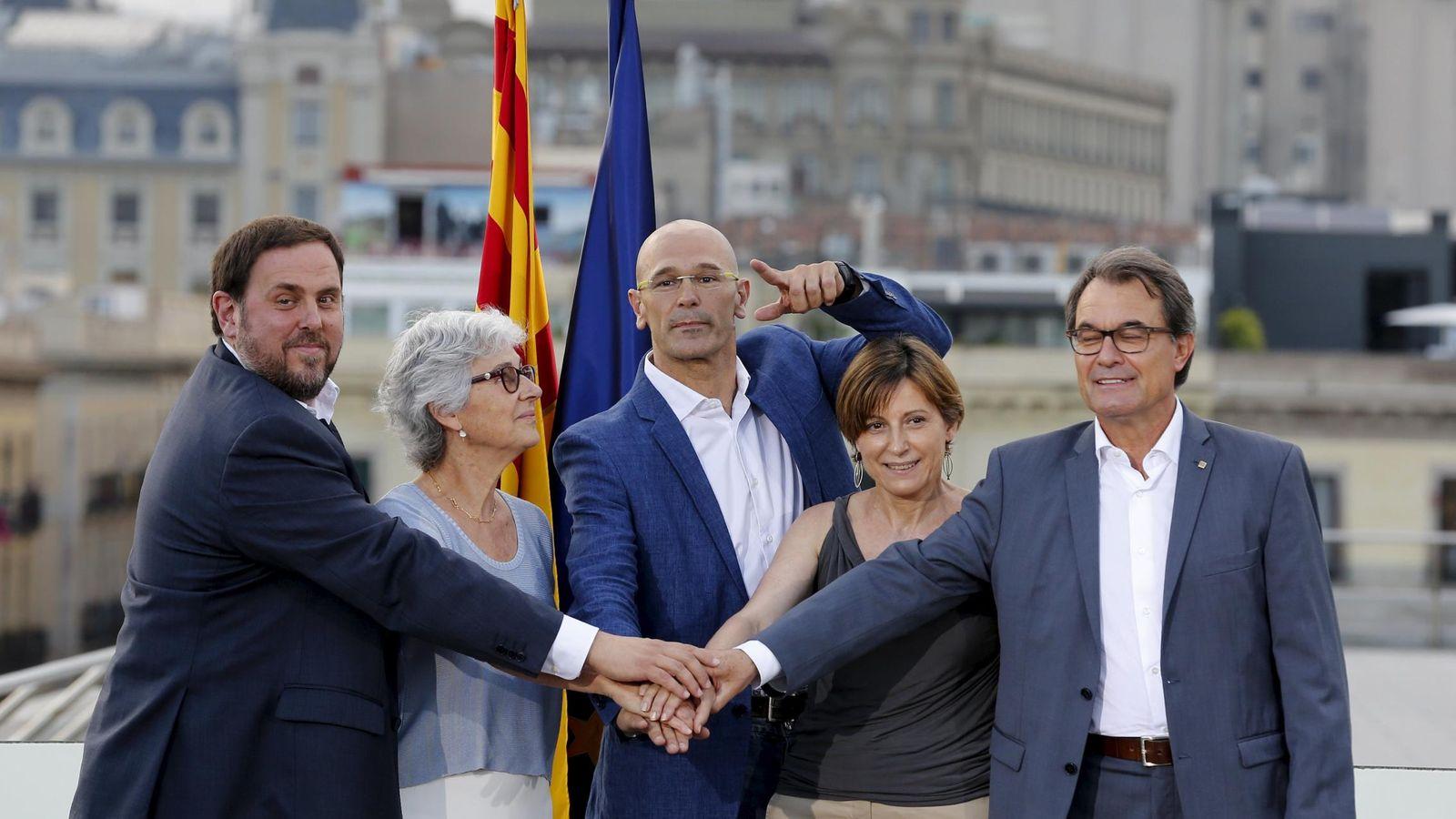 Foto: Raül Romeva, en el centro, es el cabeza de la lista de CDC y ERC. (Reuters)