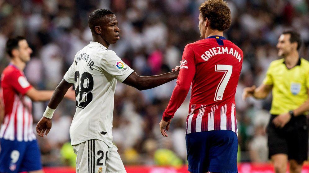 Foto: El delantero del Real Madrid Vinícius Junior y el jugador del Atlético de Madrid Antoine Griezmann se saludan tras la finalización de un derbi. (EFE)