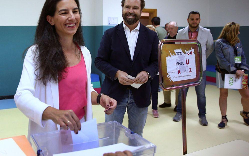Foto: Rocío Monasterio e Iván Espinosa de los Monteros votando en un colegio. (EFE)