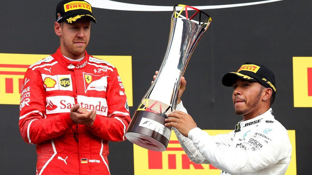 Foto: Vettel aplaude a Hamilton ganar en el Gran Premio de Bélgica. (Reuters)