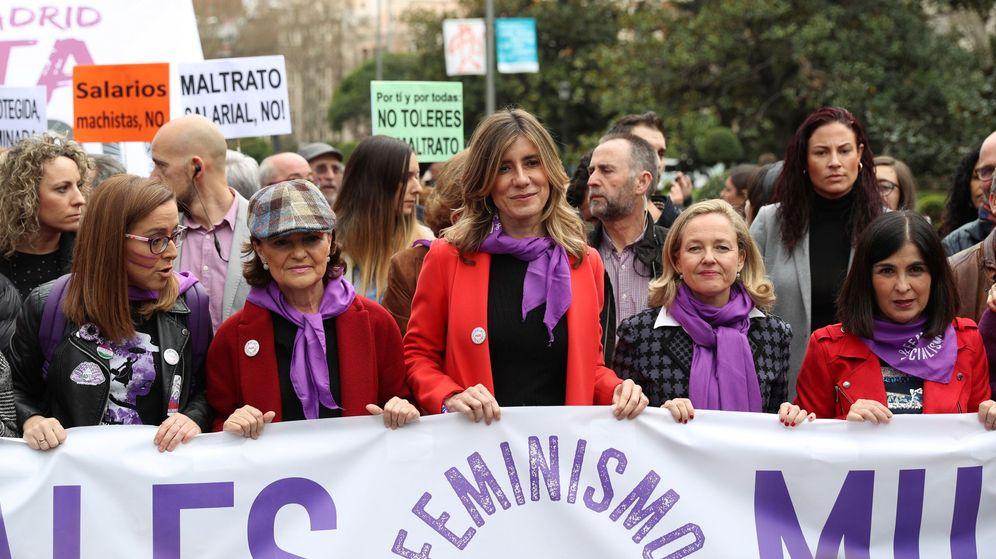 Foto: Manifestación del 8-M en Madrid: Begoña Gómez (c), esposa del presidente de España, Pedro Sánchez, junto a la vicepresidenta primera del Gobierno, Carmen Calvo (2i), la vicepresenta de Asuntos Económicos, Nadia Calviño (2d), y la ministra de Polí