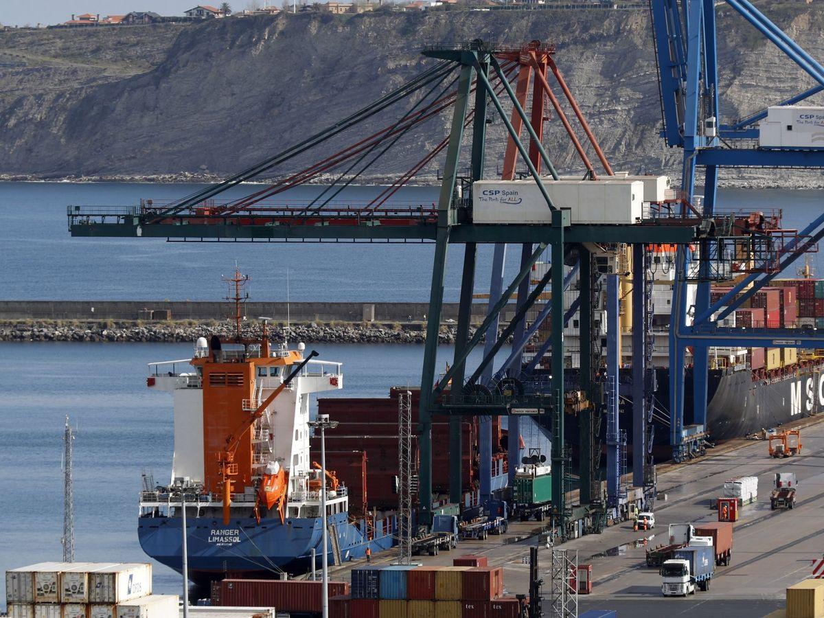 Foto: Una grúa descarga contenedores en el puerto de Bilbao. (EFE)
