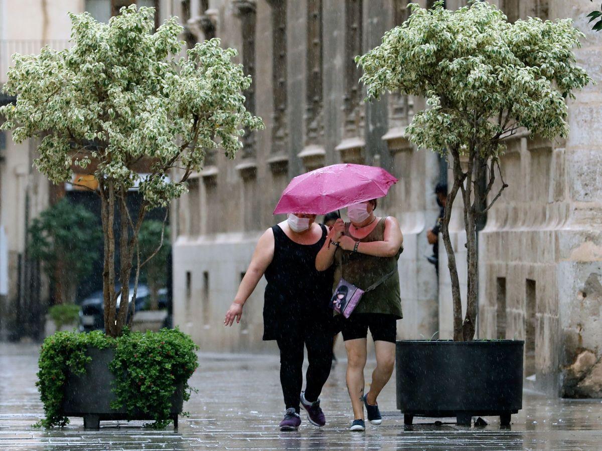 Foto: Un día de lluvia en verano en Valencia en 2020. (EFE)
