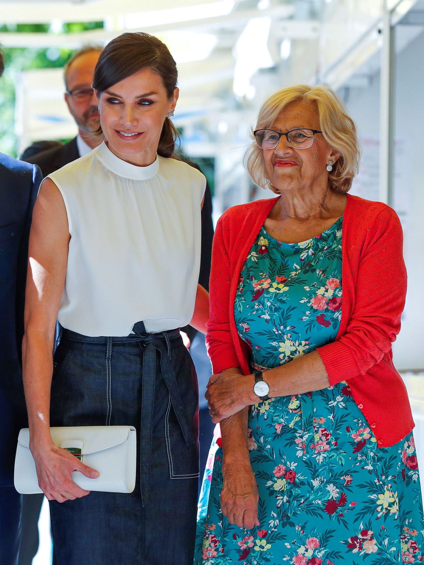 Letizia, junto a Manuela Carmena en la última edición de la Feria del Libro. (EFE)
