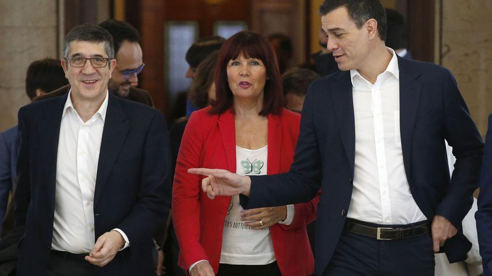 Foto: Pedro Sánchez, acompañado de Micaela Navarro y del candidato a la Presidencia del Congreso, Patxi López, este 12 de enero antes de la reunión con su grupo. (EFE)