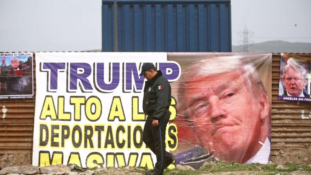 Foto: Un policía mexicano es fotografiado frente a una pancarta en contra de Donald Trump. (Reuters)