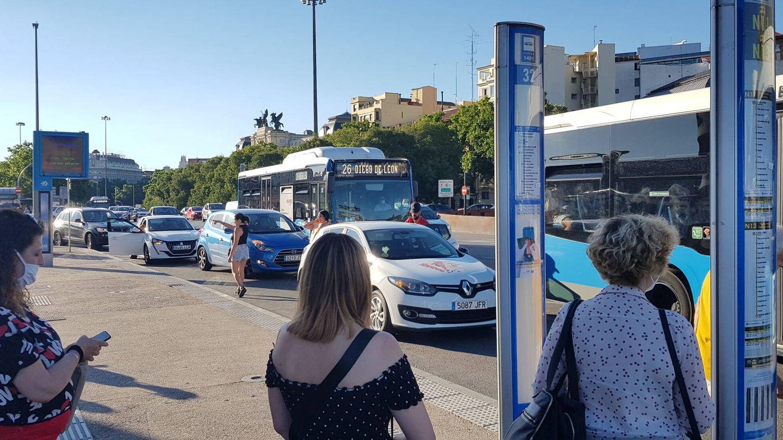 Cuatro turismos estacionados en la parada del autobús. (EC)