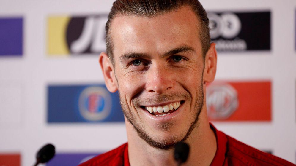 Foto: Gareth Bale, sonriente, durante una rueda de prensa con la selección galesa. (Efe)