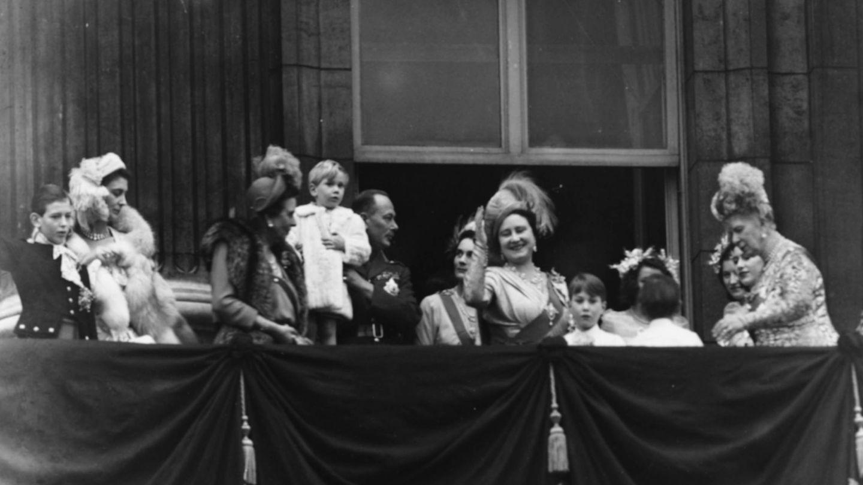 La familia real saludando al pueblo tras la boda de Isabel y Felipe. (Getty)