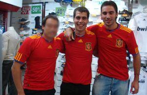 c43e6d19e0ec7 Los etarras Rosales y Aristegi posan en Facebook con la camiseta de España