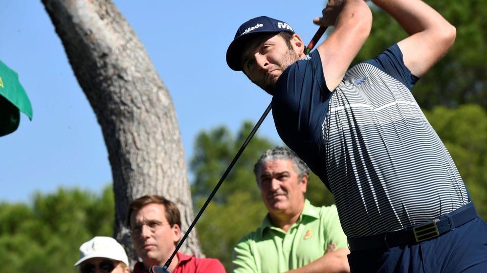 Foto: Jon Rahm golpea la bola en el Open de España celebrado en Madrid. (EFE)