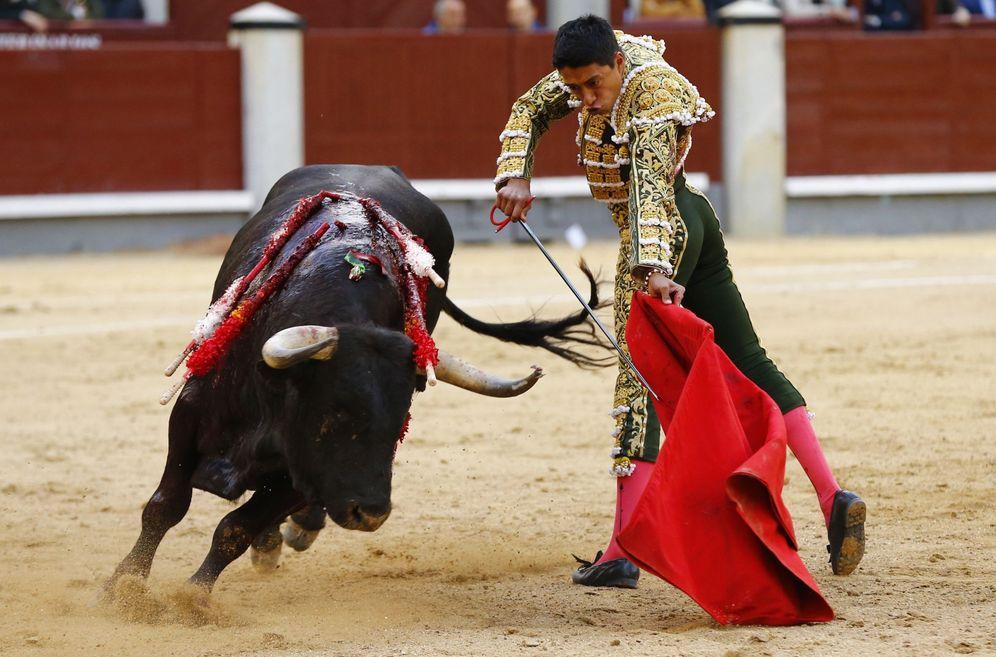 Foto: El diestro mexicano Sergio Flores, durante el sexto festejo de la Feria de San Isidro. (EFE)