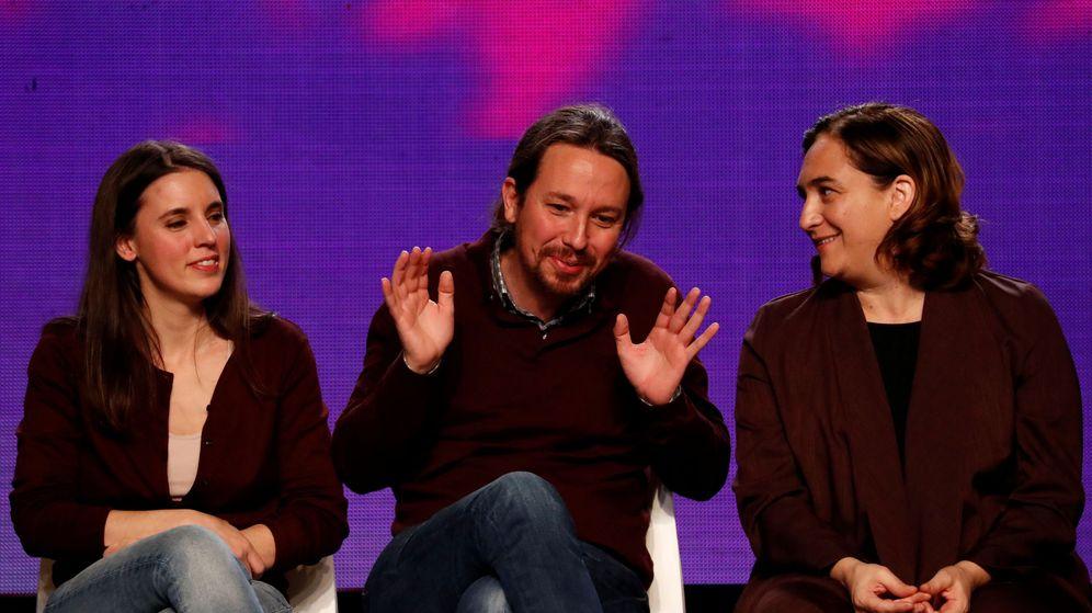 Foto: Irene Montero, Pablo Iglesias y Ada Colau durante el mitin de cierre de la pasada campaña electoral. (Reuters)