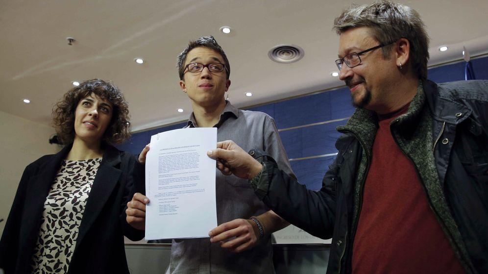 Foto: El número dos de Podemos, Íñigo Errejón, muestra el acuerdo para el grupo confederal con los portavoces de En Comú Podem, Xavier Domènech, y En Marea, Alexandra Fernández. (EFE)
