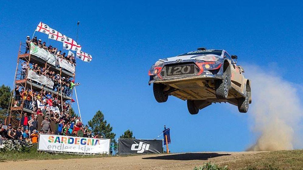 Foto: Dani Sordo volando con su Hyundai i20 WRC en el Rally de Italia Sardegna, donde logró la victoria. (Hyundai)