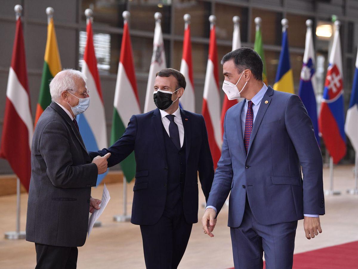Foto: El presidente del Gobierno, Pedro Sánchez, junto al presidente francés, Emmanuel Macron, y el alto representante de Asuntos Exteriores de la UE, Josep Borrell. (EFE)