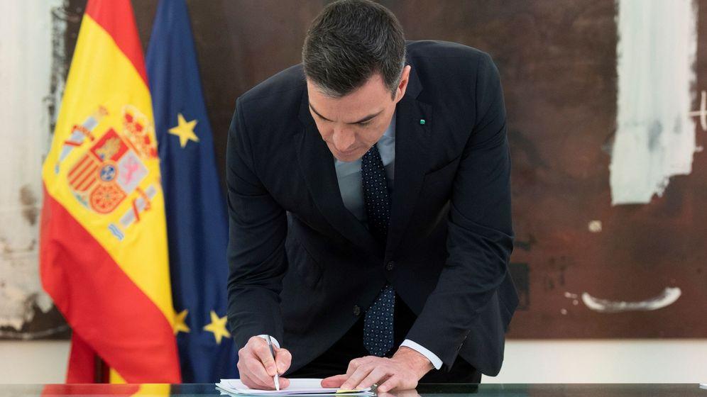 Foto: El presidente del Gobierno, Pedro Sánchez, firma el acuerdo del diálogo social. (EFE)