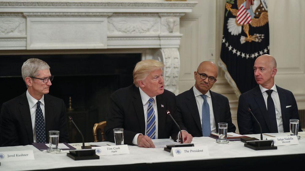 Foto: Los CEOs de Apple, Tim Cook (i), Amazon, Jeff Bezos (D) y Microsoft, Satya Nadella (2d), junto a Donald Trump. (EFE)