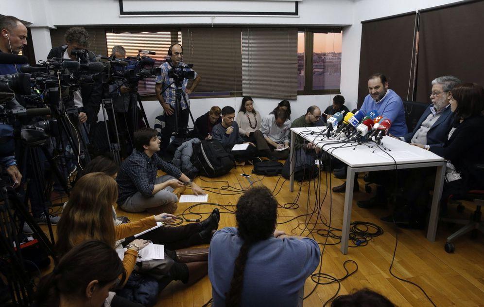 Foto: Los sanchistas José Luis Ábalos, Quico Toscano y Adriana Lastra, este 27 de diciembre en un 'business center' de la calle de Serrano de Madrid. (EFE)