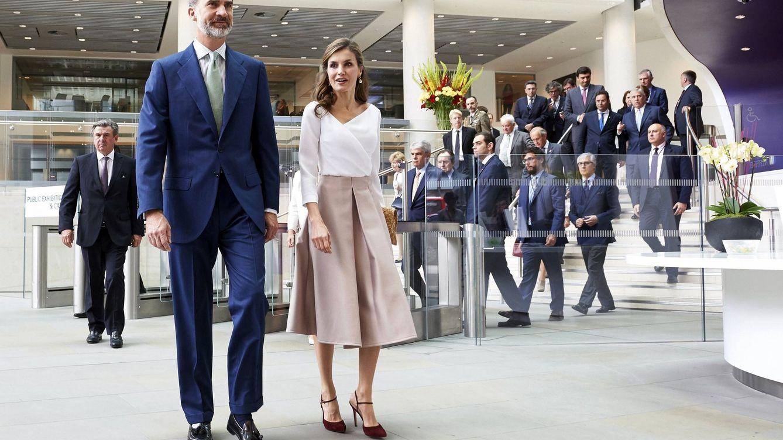 Letizia y sus 6 looks en UK: del vestido trench de Burberry a la falda de Topshop