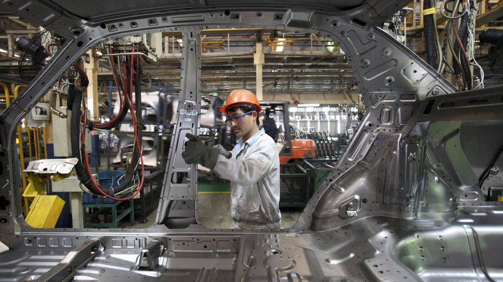 Foto: Fotografía de archivo que muestra a un hombre mientras trabaja en una planta de automóviles en Ningbo, China