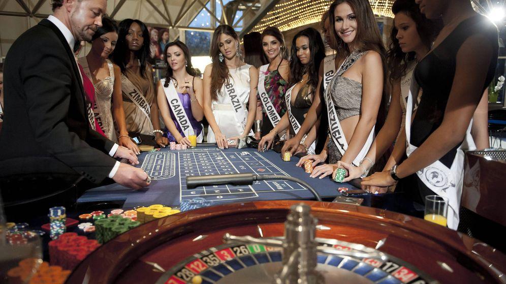 Foto: Candidatas al título del concurso de belleza Top Models of the World participan en un juego de ruleta en el Casino Hohensyburg de Dortmund (Alemania). (EFE)