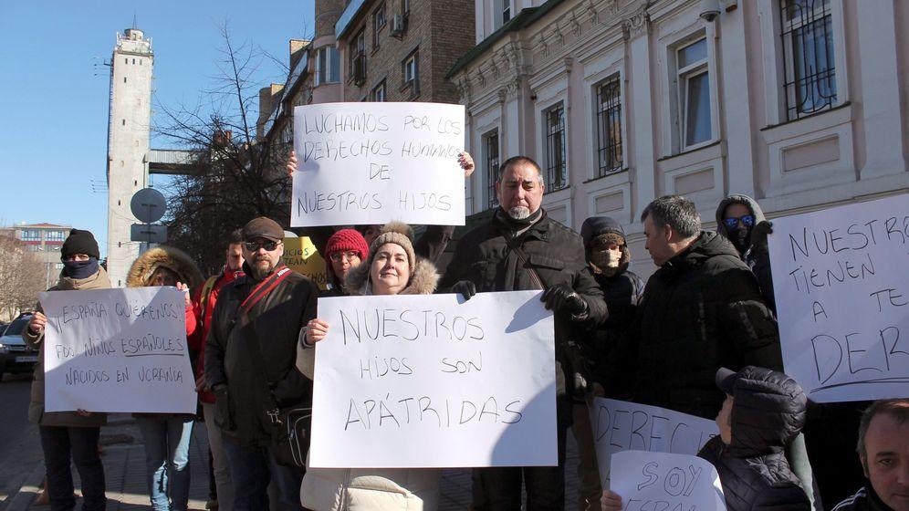 Foto: Familias españolas que exigían ante el consulado en Kiev la inscripción de sus hijos. (EFE)
