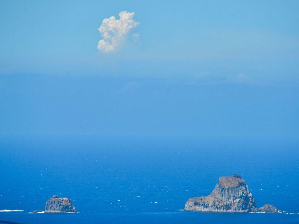 Foto: Vista de la columna de humo del volcán de Cumbre Vieja en La Palma. (EFE)