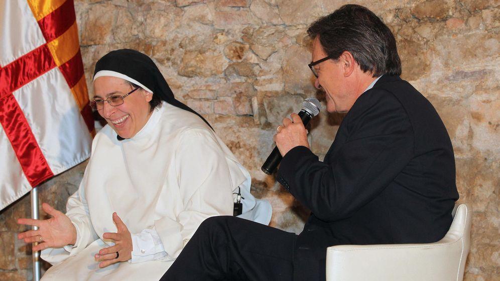 Foto: El presidente de la Generalitat junto a Sor Lucía Caram el pasado mes de mayo en un acto en Barcelona. (Efe)