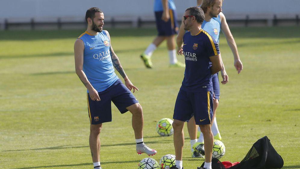 Foto: Aleix Vidal y Luis Enrique hablan antes del entrenamiento (EFE)