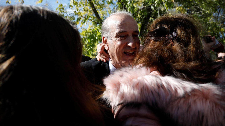 Francis Franco saluda a varias de las personas concentradas a las puertas del cementerio- (EFE)