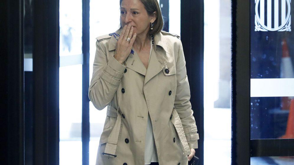 Foto: La presidenta del Parlament, Carme Forcadell, entra emocionada al Parlament. (EFE)