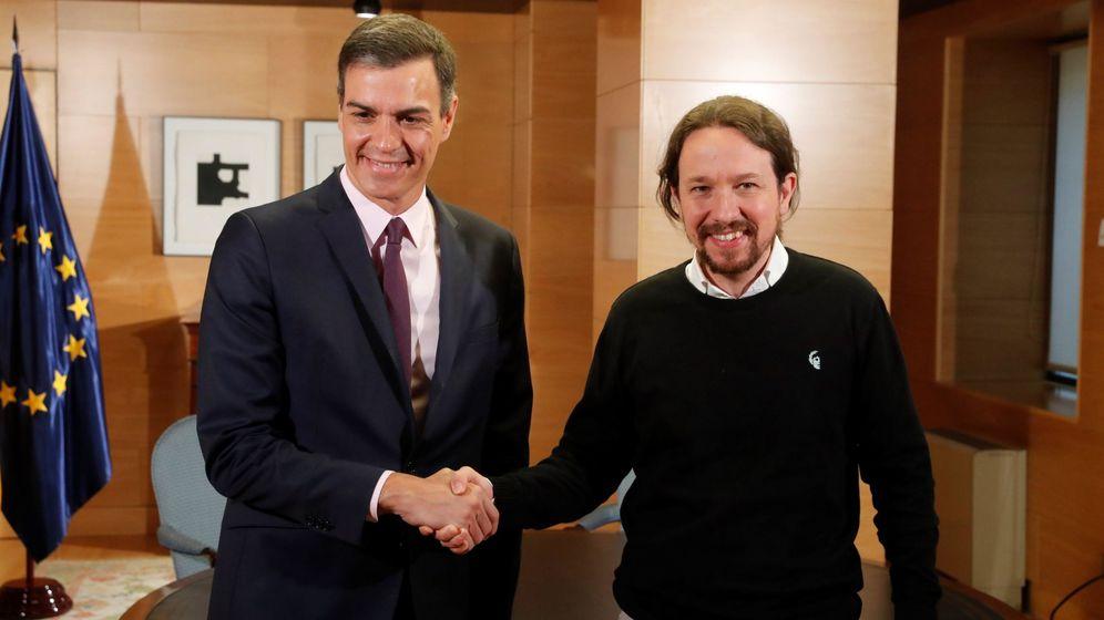 Foto: El presidente del Gobierno en funciones, Pedro Sánchez, y el líder de Podemos, Pablo Iglesias, al inicio de la reunión mantenida esta mañana en el Congreso. (EFE)