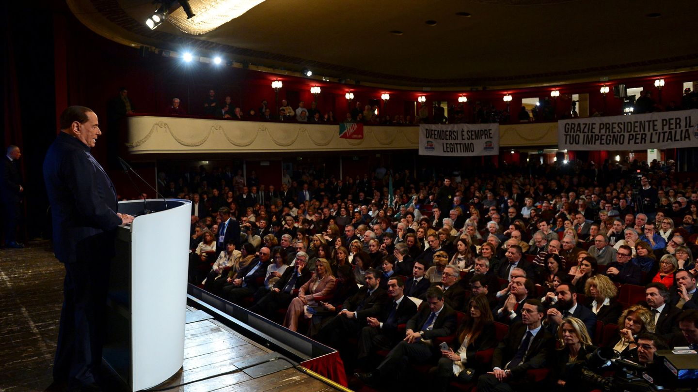 El líder de Forza Italia, Silvio Berlusconi, habla en un mítin del partido en Milán, el 25 de febrero de 2018. (Reuters)