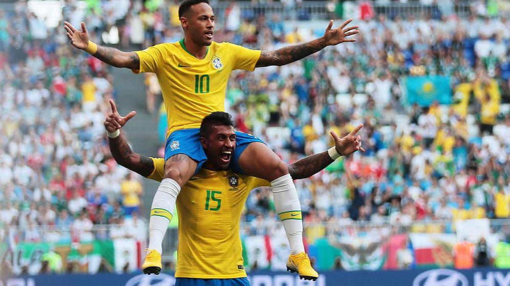 Foto: Neymar subido a los hombros de Paulinho para celebrar el gol que consiguió contra México. (Efe)