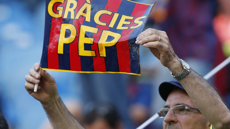 Un aficionado del FC Barcelona sostiene una pancarta de agradecimiento a Guardiola. (EFE)