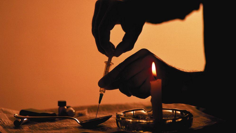 Foto: Un heroinómano prepara una dosis en un lugar indeterminado de EEUU. (Corbis)