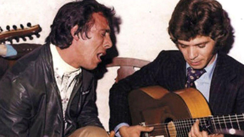 Antonio Álvarez, acompañado a la guitarra por Camarón de la Isla. (EFE)