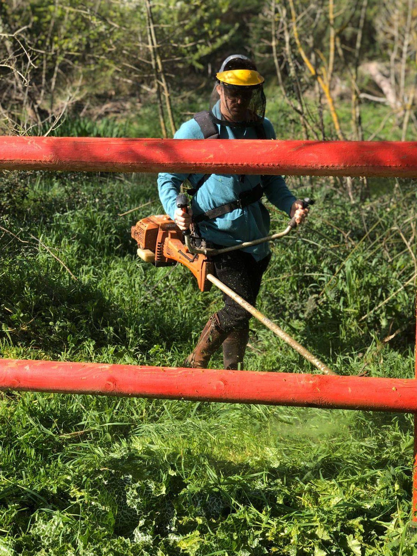Aldo Comas trabaja en el campo.
