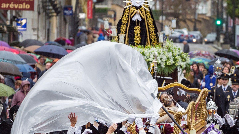 Nuestra Señora de los Dolores, junto al Cristo Yacente, en la procesión de Oviedo (EFE/Alberto Morante)