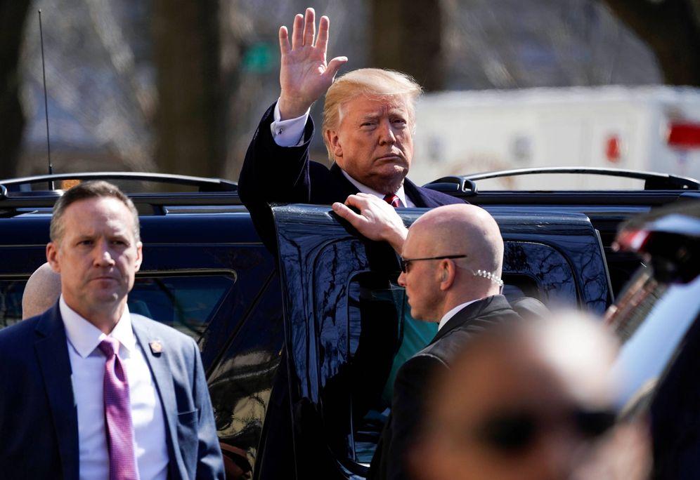 Foto: Donald Trump saluda tras abandonar la Iglesia Episcopal de St. John's, en Washington. (Reuters)