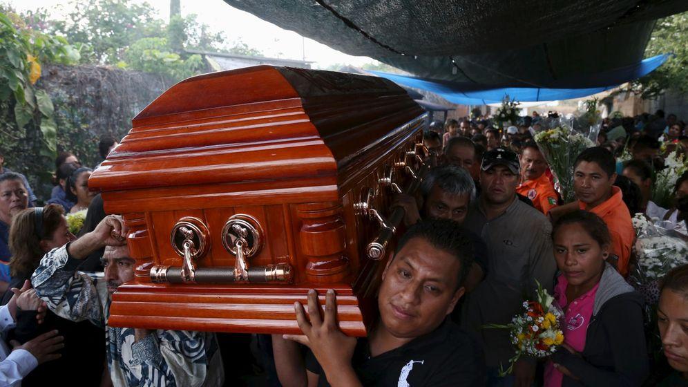 Foto: Ciudadanos y familiares portan el féretro de Gisela Mota durante su funeral en Temixco.