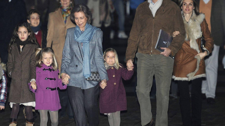 La infanta Elena con sus hijos, la reina Sofía, los Reyes y sus hijas viendo al Circo del Sol en 2011. (EFE)