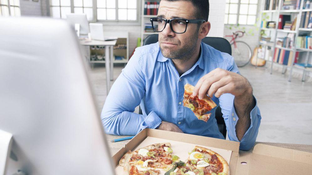 Foto: Existe una explicación a tus atracones en el trabajo. (iStock)