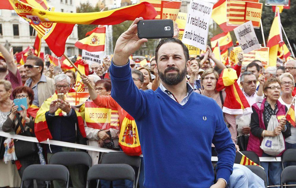 Foto: Santiago Abascal se hace un 'selfie' en la manifestación por la unidad de España del 12 de octubre en Barcelona. (EFE)