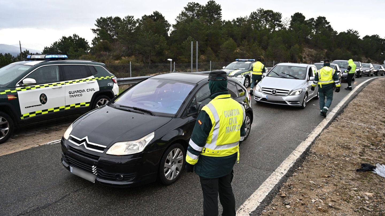 Varios guardias civiles de tráfico montan un control de carretera en la AP-6. (EFE)